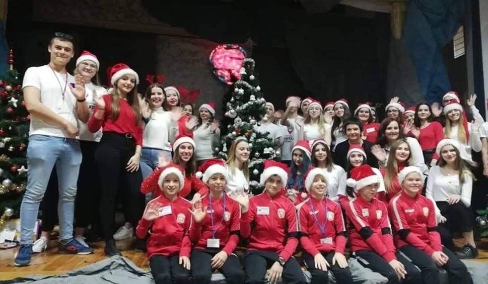 Film do artykułu: Zawodnicy podkarpackich klubów zamienili się w Świętego Mikołaja [WIDEO, ZDJĘCIA]