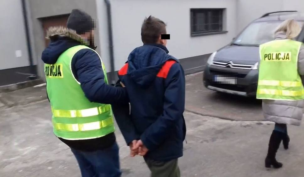 Film do artykułu: Pobicie w gminie Stoczek Łukowski. Bił obuchem siekiery. Koledzy pomagali. Cała trójka zatrzymana (WIDEO)