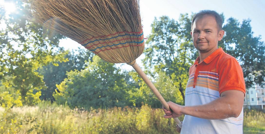 Maciej Kubacki dba o porządek kawałka osiedla, które przylega do sprzedanej właśnie działki. W piątek on też nie wiedział, co na niej stanie. – Cieszę