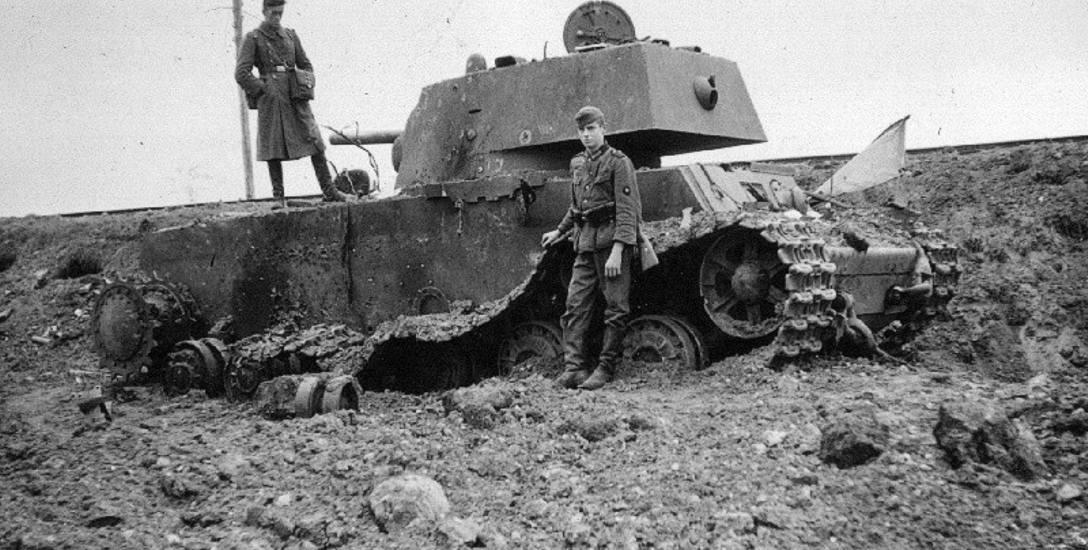 Niemieccy żołnierze przy wraku radzieckiego czołgu KW