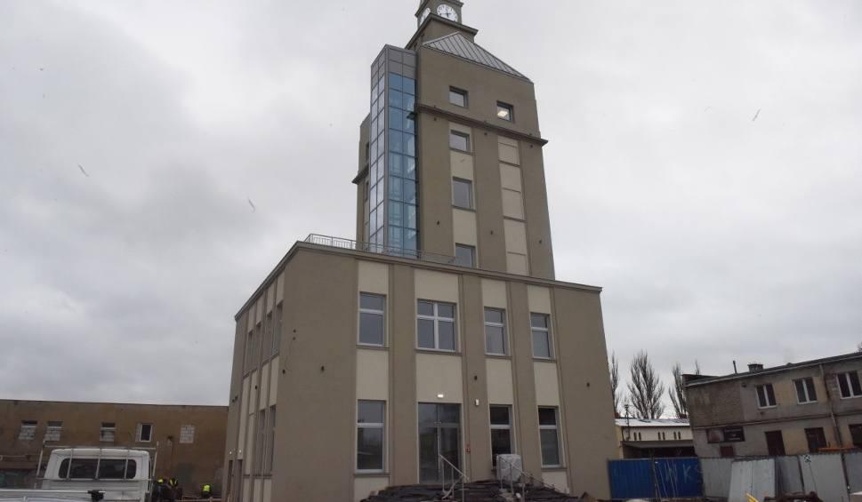 Film do artykułu: Tak się budowała najmłodsza wieża w Nowej Soli. W środku dobiegają końca prace wykończeniowe. Kiedy zmieni się cały teren pofabryczny?