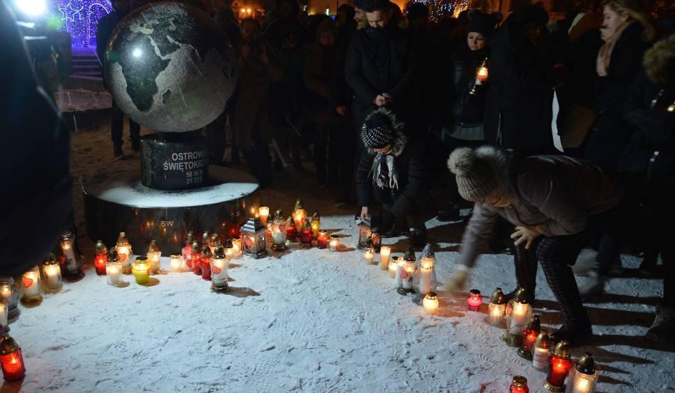Film do artykułu: Ostrowczanie dla Pawła Adamowicza. Ułożyli serce na miejskim Rynku [ZDJĘCIA]