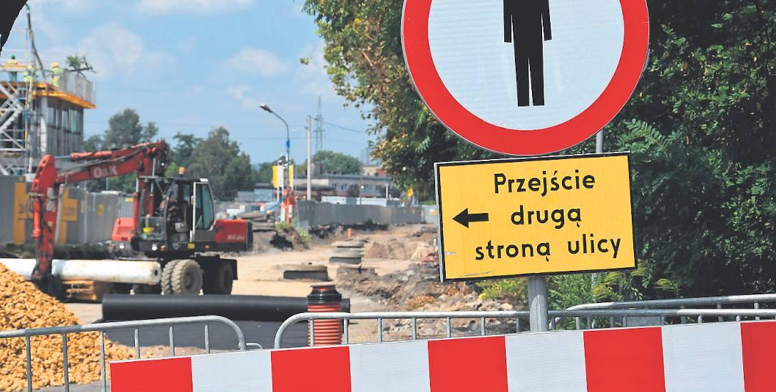 Ulica Sądowa w centrum Katowic od kilku dni jest mocno rozkopana. Tuż obok trwa budowa centrum przesiadkowego