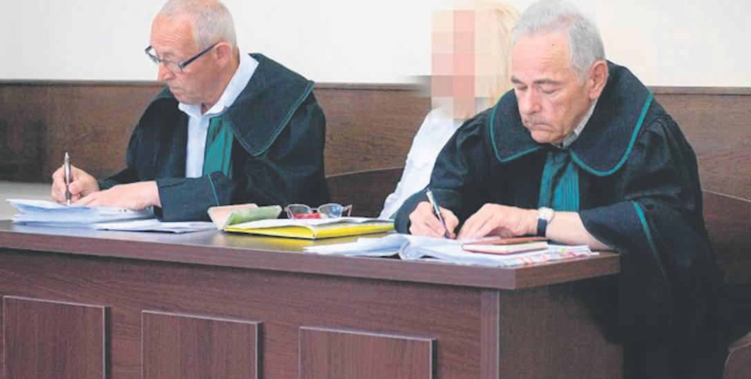 Oskarżona Janina D. przysłuchiwała się wczoraj, jak sędzia z kasjerką PCK rozpoznawały faktury za paliwo.