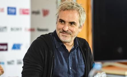 """Alfonso Cuarón, wybitny reżyser przyleciał dziś (wtorek) do Bydgoszczy, pokazał swój nowy film """"Roma""""  i spotkał się z publicznością"""