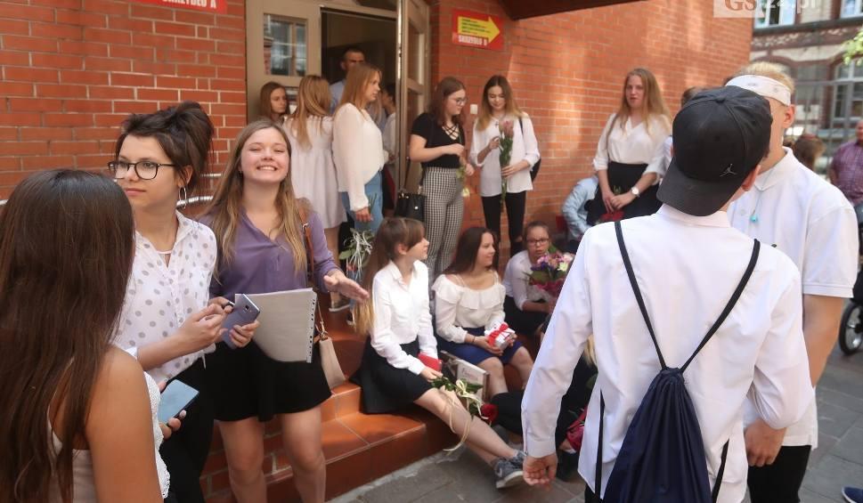Film do artykułu: Uczniowie w Szczecinie zakończyli rok szkolny. Były kwiaty i łzy pożegnania