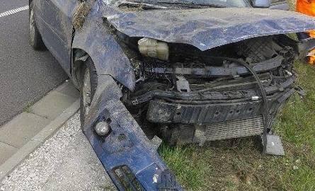 Sprawca poruszał się granatowym/niebieskim VW Passatem.