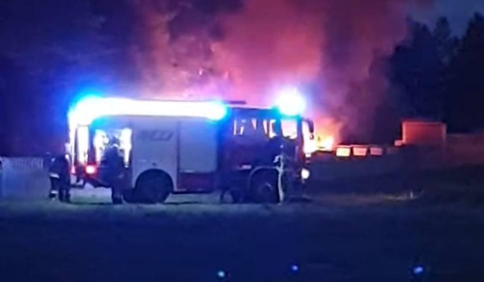 Film do artykułu: Nocny pożar w Łosinie. Doszczętnie spłonęły dwa auta
