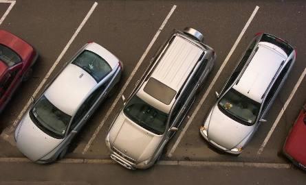 Parkowanie przed supermarketem. Jak uniknąć stłuczki?