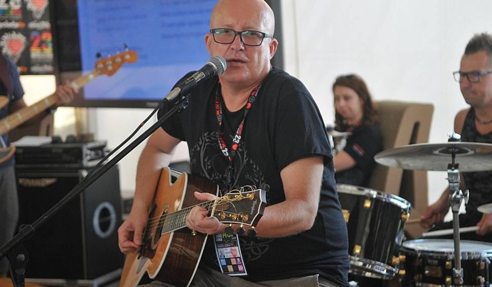 Film do artykułu: Piotr Bukartyk nagrał piosenkę o Kostrzynie i Przystanku Woodstock