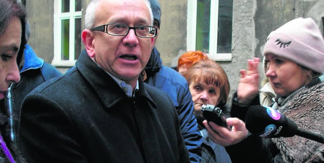 Reprezentujący najemców Dariusz Olszewski uważa, że urzędnicy zastraszają lokatorów...