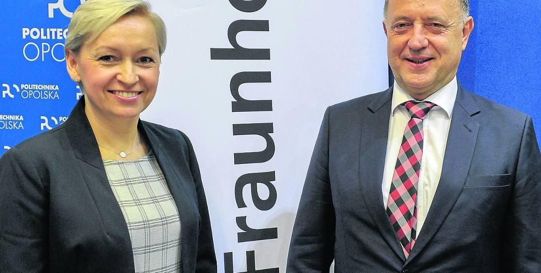 Dyrektor opolskiego centrum prof. Anna Król i prof. Lothar Kroll podczas podpisania umowy o utworzeniu centrum w Opolu.