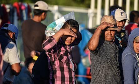 Migranci z Hondurasu oczekujący na przejściu granicznym między Gwatemalą a Meksykiem