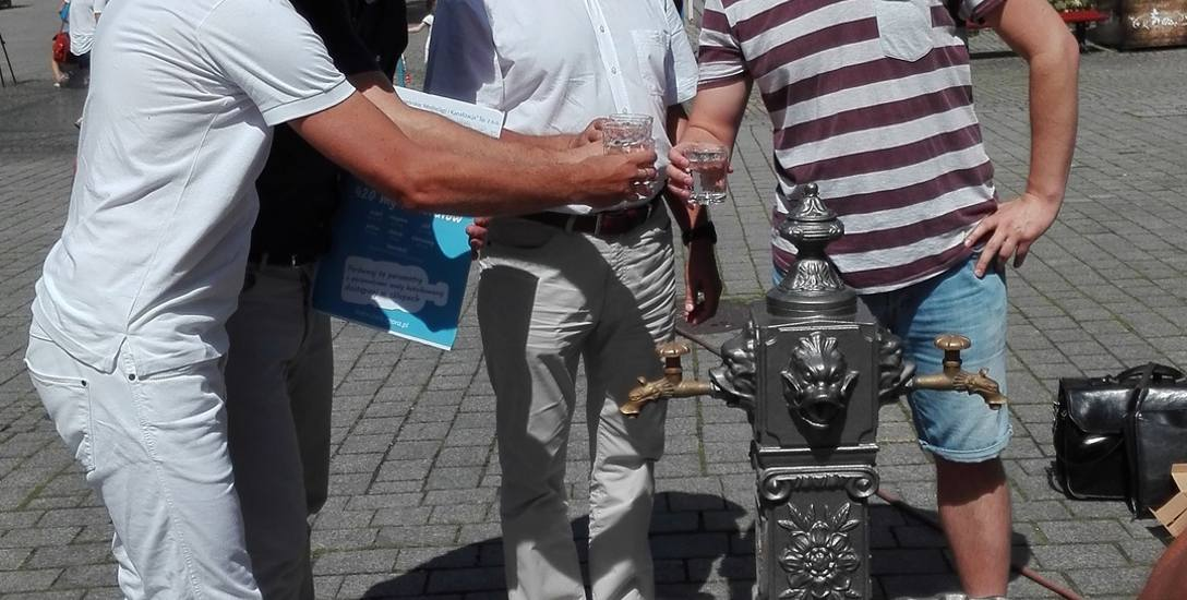 Prezes ZWiK Zbigniew Liberek (drugi z prawej), radni: Robert Górski, Piotr Wysocki i Zbigniew Binek piją wodę z kranu na deptaku