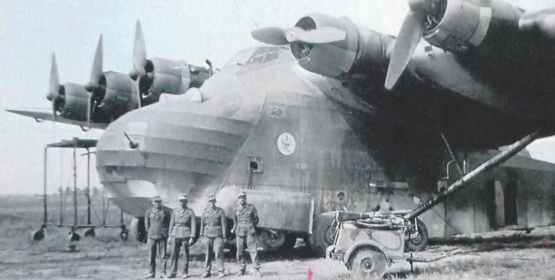 """Rok 1941, samolot transportowy Messerschmitt Me 323 """"Gigant"""" na lotnisku w Latkowie"""