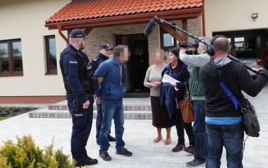 """Policjanci zatrzymali pana Wojciecha przed obiektywami ekipy programu """"Sprawa dla reportera. Obecnie przebywa w więziennym szpitalu."""