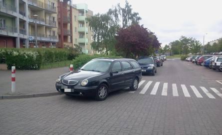 Samochody zaparkowane na chodnikach, przejściach dla pieszych, blokujące drogi dojazdowe i bramy wjazdowe to prawdziwa plaga na polskich drogach. Wyobraźnia