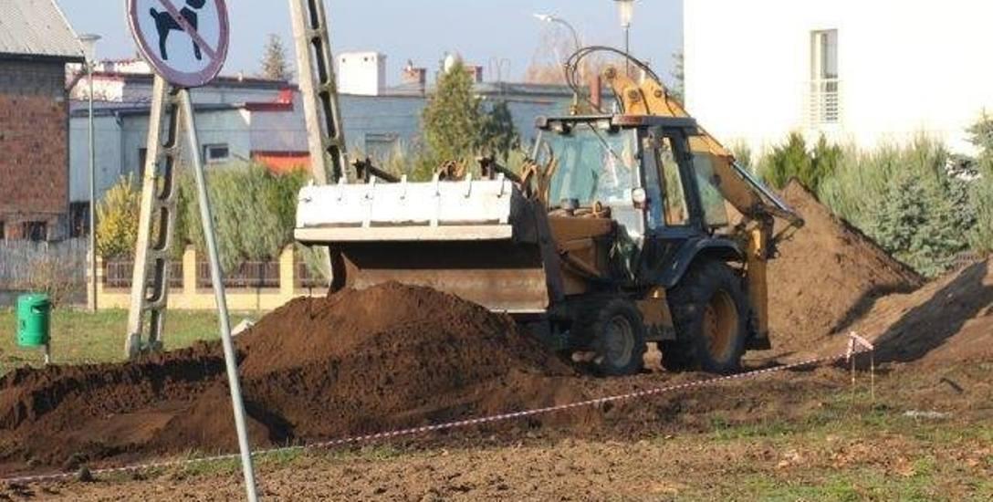 Przy zbiegu ulic Długosza, Asnyka i Dygasińskiego w miejscu starego placu zabaw powstaje nowy