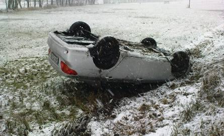 Toyota dachowała na zaśnieżonej drodze. Kobieta jechała za szybko... (zdjęcia)