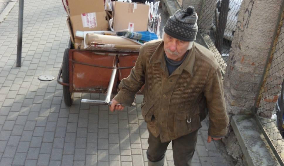 Film do artykułu: - Żadna praca nie hańbi, ale każda męczy - mówi ubogi zbieracz makulatury [zdjęcia, wideo]