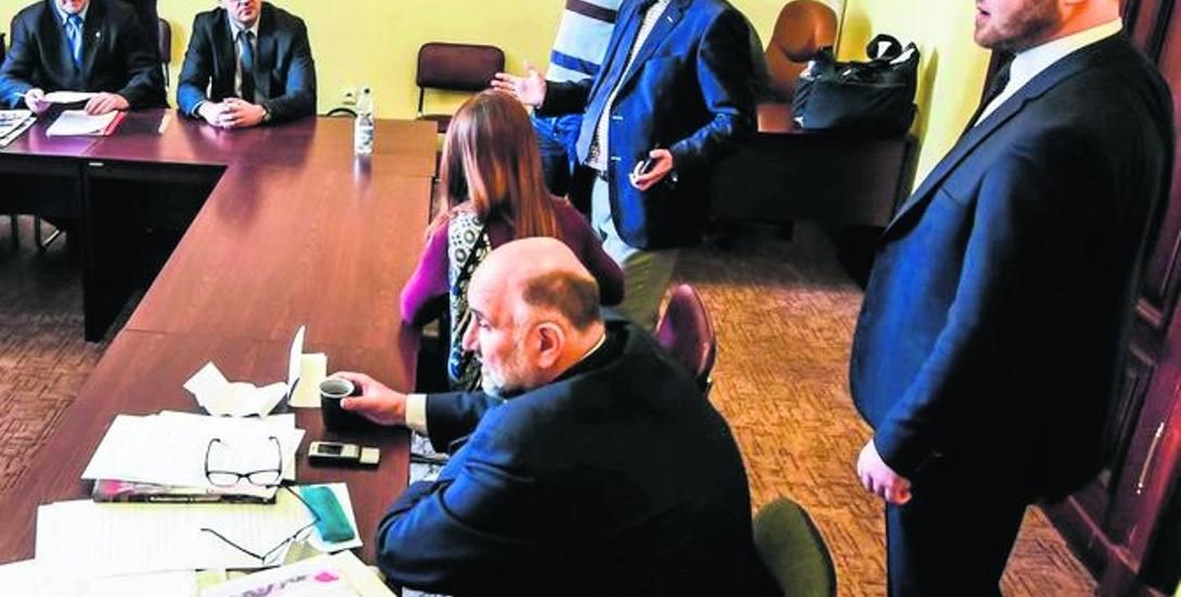 Radny PiS Paweł Bokiej (pierwszy z prawej) zadeklarował, że pokryje przedsiębiorcom koszty wymiany pieczątek. I dane słowo podtrzymuje