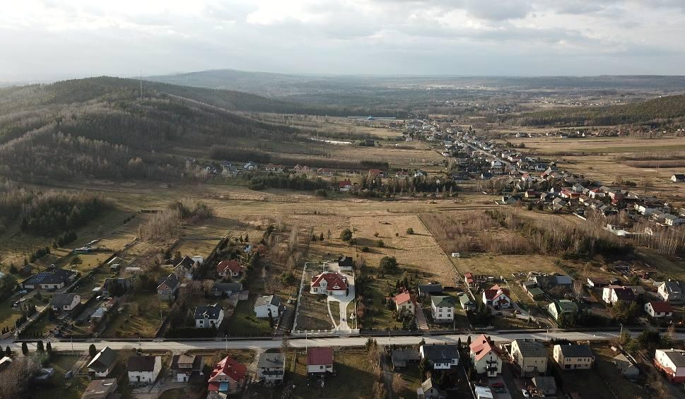 Film do artykułu: Nowa trasa kolejowa z Kielc do Centralnego Portu Komunikacyjnego zdewastuje niemal całą gminę Miedziana Góra. Trzeba zburzyć wiele domów