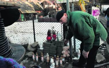 Mieszkańcy zapalają znicze w miejscu tragedii
