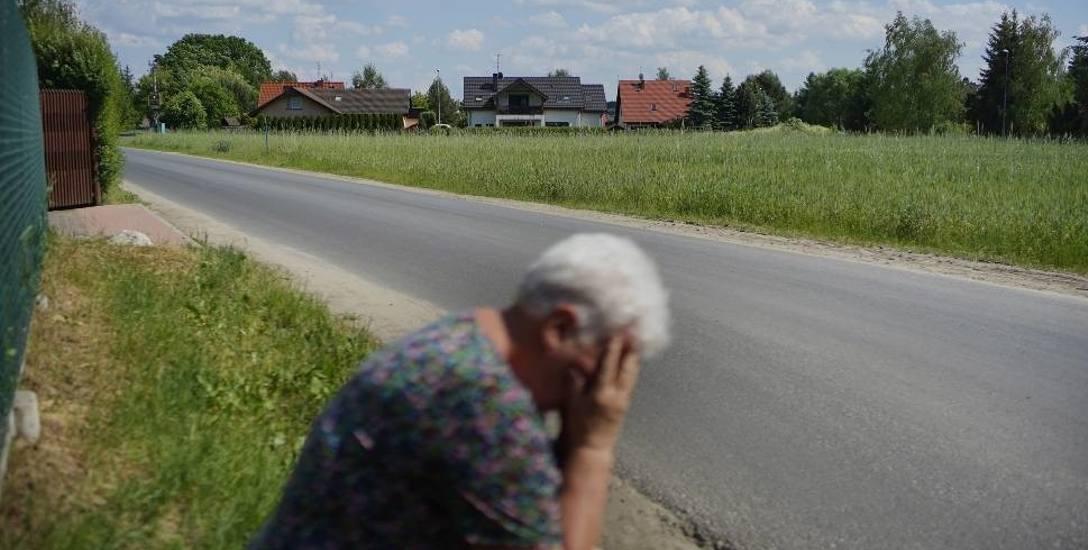 Dzieci emerytki zarzucają jej, że zbyt tanio chce sprzedać rodzinną ziemię. Jednocześnie oboje zapewniają, że nadal chcą uprawiać rolę i jedynie walczą