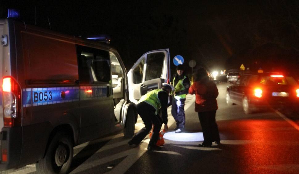 Film do artykułu: Śmiertelny wypadek w Karolinowie w powiecie piotrkowskim. Potrącił leżącego na drodze.