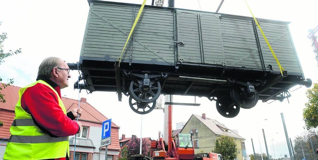 Operacja przeniesienia i ustawienia w skansenie kolei powiatowych Muzeum Kolei Szprotawskiej zabytkowego wagonu była widowiskowa. Wagon fruwał za pomocą