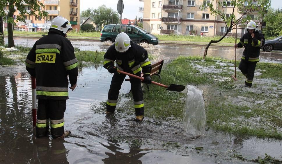 Film do artykułu: Burza, gradobicie i podtopienia w Radomiu. Zalane, nieprzejezdne ulice, połamane drzewa. Strażacy wciąż odbierają zgłoszenia od mieszkańców