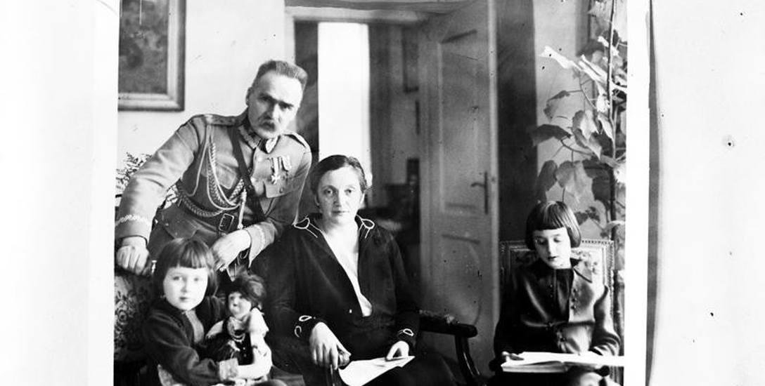 Józef Piłsudski z żoną Aleksandrą oraz córkami Jadwigą (trzyma lalkę) i Wandą.
