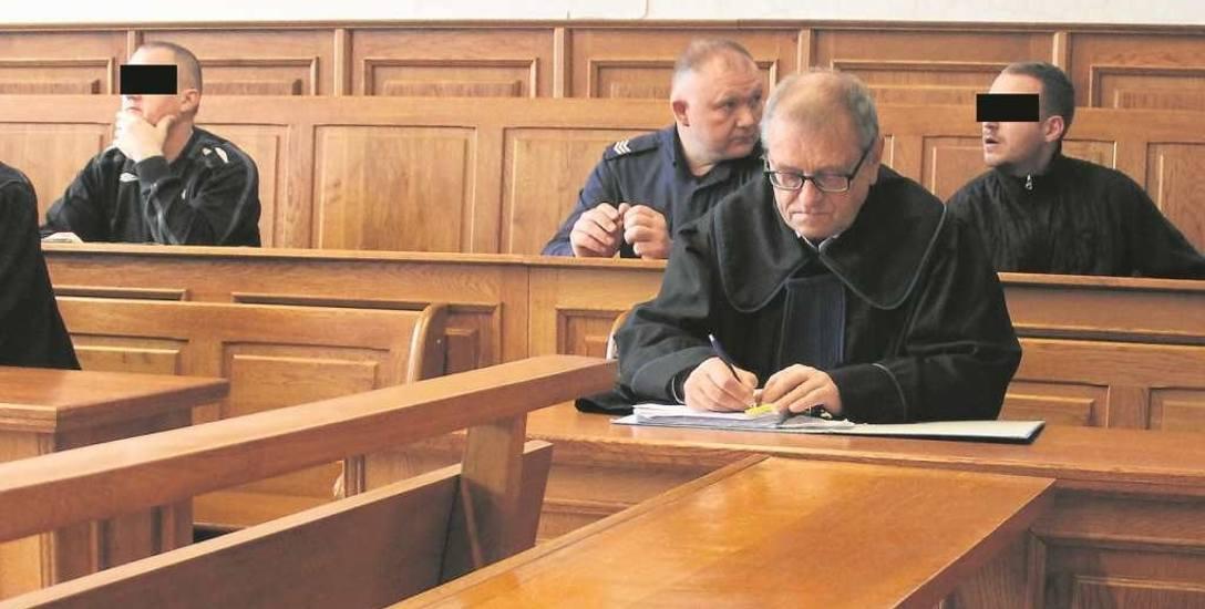 Oskarżony o próbę zabójstwa Arkadiusz C. (z lewej) oraz pokrzywdzony Konrad W. ( z prawej), który już usłyszał wyrok za rozbój.