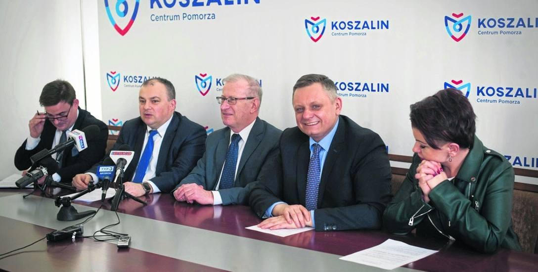 O konkursie mówili wczoraj: Tomasz Królikowski, prorektor ds. studenckich PK (drugi od lewej), rektor PK Tadeusz Bohdal (w środku), prezydent Koszalina
