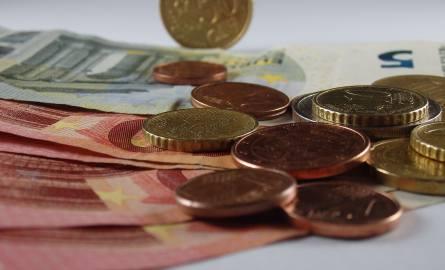 Unia Europejska chce kwestię minimalnej płacy uregulować na poziomie unijnym. Wysokość europejskiej płacy minimalnej byłaby nadal różna w każdym państwie,
