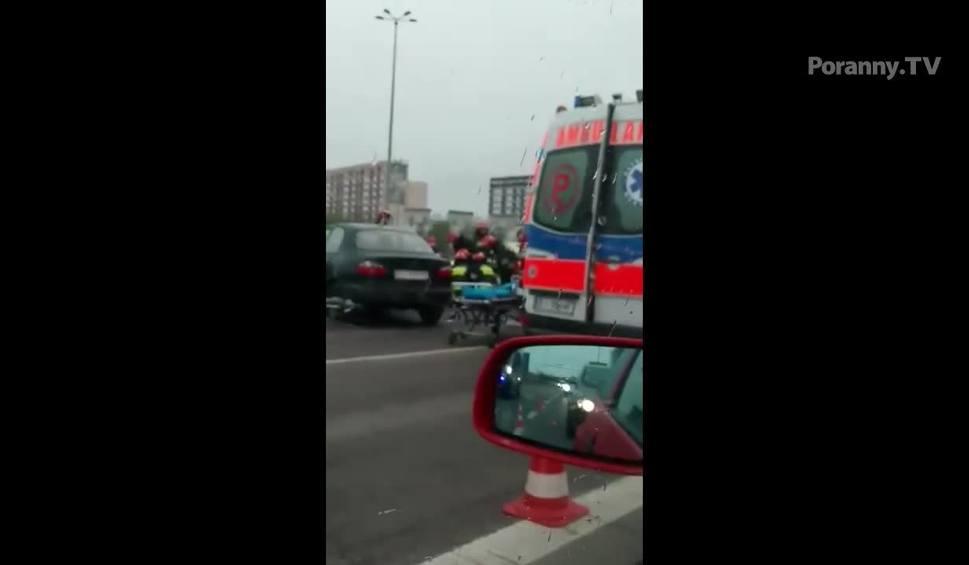 Film do artykułu: Wypadek na Miłosza. Zderzenie autobusu z mercedesem. Kierowca trafił do szpitala