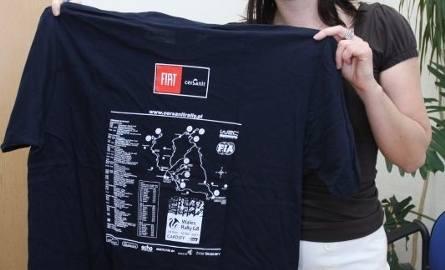 Katarzyna Banaczkowska z Galerii Echo przekazała koszulki i czapeczki Cersanit Rally Team Michała Sołowowa.