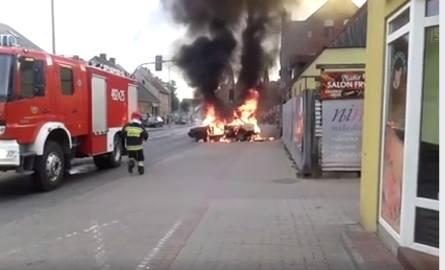 We wtorkowy wieczór na ul. 3 Maja w  Szubinie spłonął samochód osobowy.