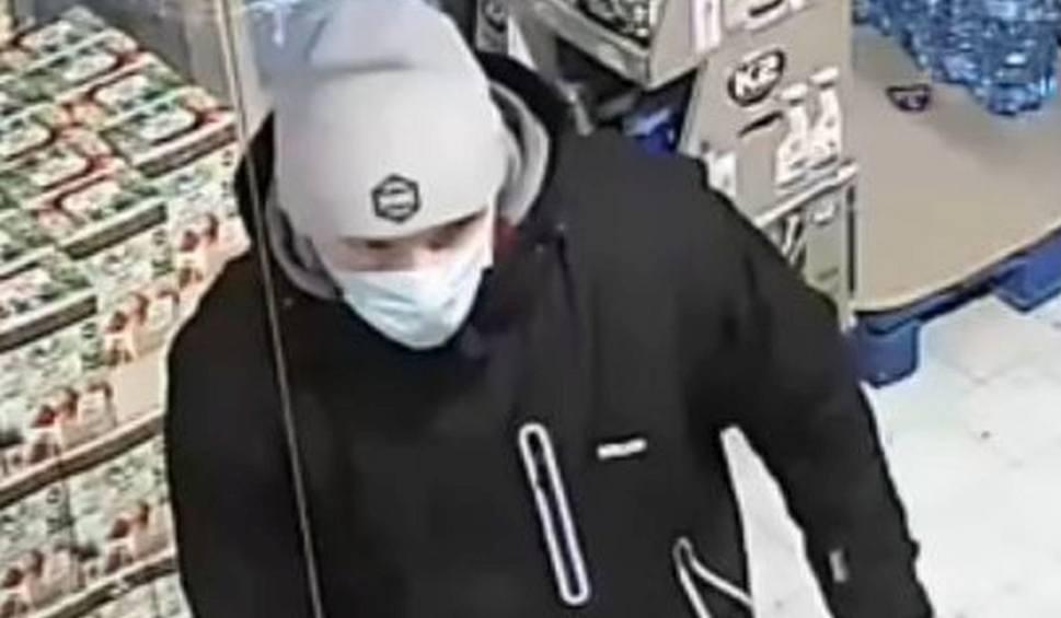Film do artykułu: Złodziej w Bydgoszczy przyłapany na kradzieży, opluł pracownicę sklepu i kopnął. Znasz go? Daj znać policji! [zdjęcia, wideo]