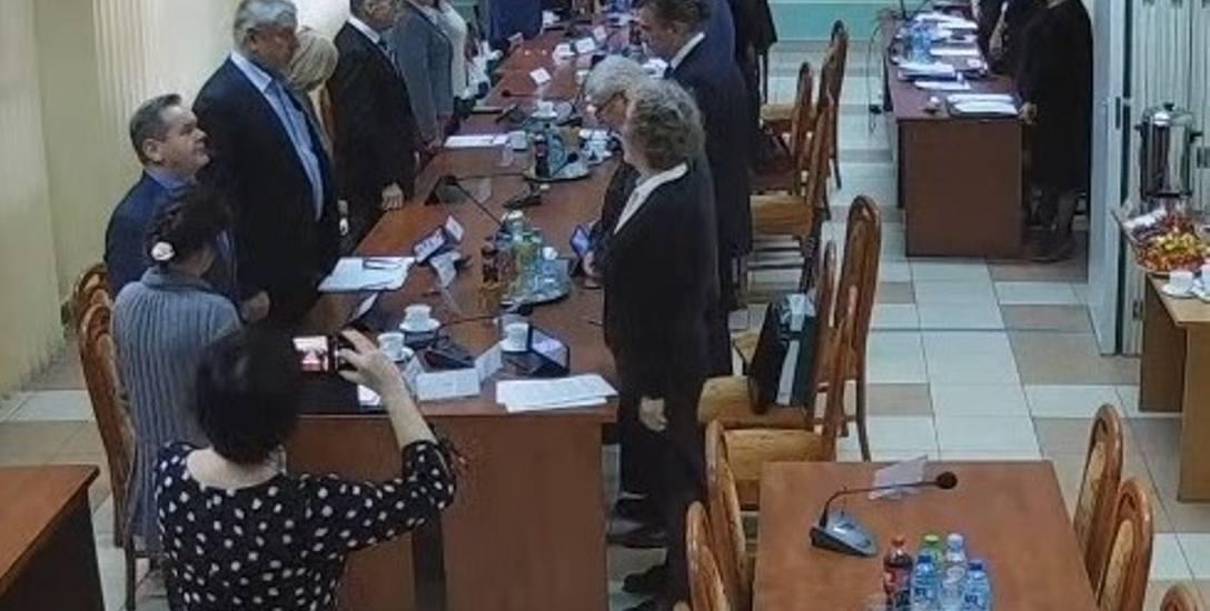 Sesja rady powiatu białostockiego 28 listopada rozpoczęła się od minuty ciszy. Radni upamiętnili zmarłego Wiesława Rojeckiego, radnego II kadencji