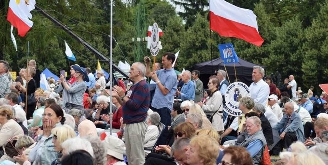 O. Rydzyk wzywa na pielgrzymkę przed 2. turą wyborczą. Czy to bezpieczne? Rok temu przybyło sto tysięcy osób