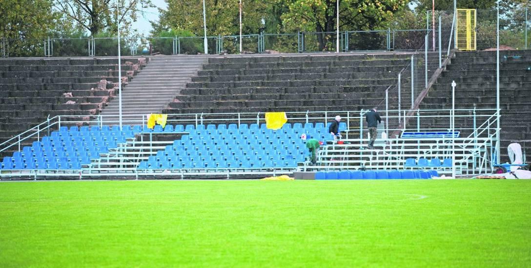 Wczoraj, gdy na kilka godzin przestało padać, można było znowu przystąpić do prac na stadionie.