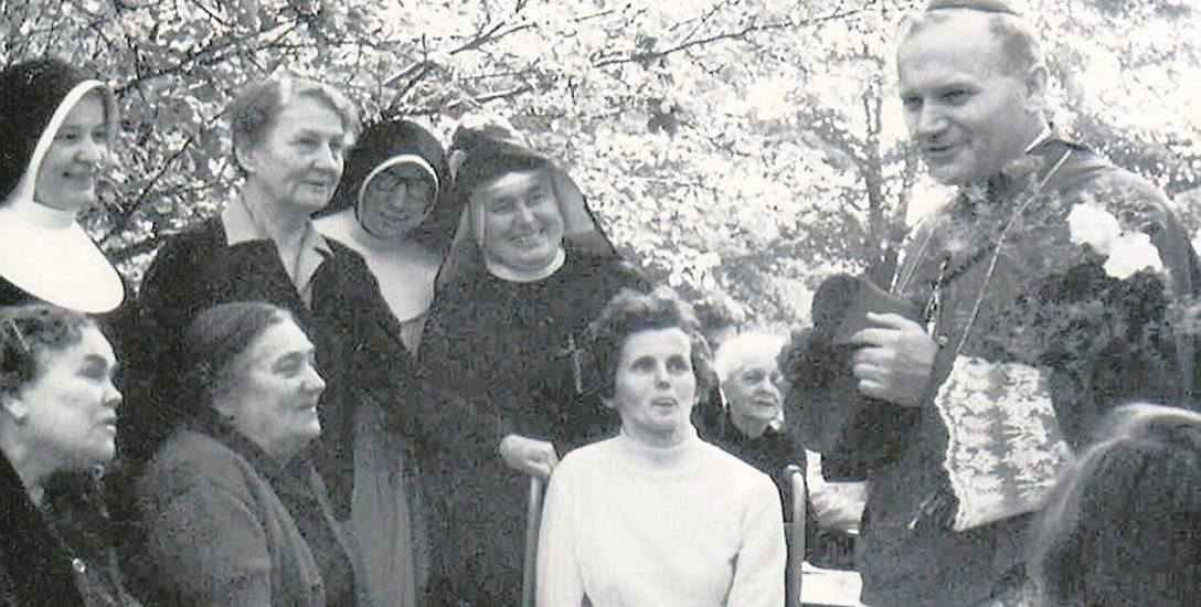 Karol Wojtyła pomagał Hannie Chrzanowskiej (stoi druga z lewej) organizować opiekę nad chorymi