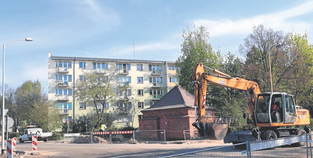 Miejskie Przedsiębiorstwo Komunikacji w Stargardzie chce wyznaczyć tymczasowe przystanki obok bloku B5, w sąsiedztwie skrzyżowania. Czeka jednak na odbudowanie