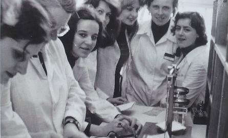 Mgr Irena Kałłaur ze studentkami farmacji