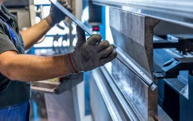 Młodzi ludzie zaczęli doceniać pracę w fabrykach. Do niedawna omijali takie miejsca szerokim łukiem.