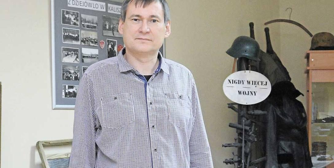 Dyrektor Zespołu Szkół Ponadgimnazjalnych Maciej Rydzewski w szkolnej izbie muzealnej