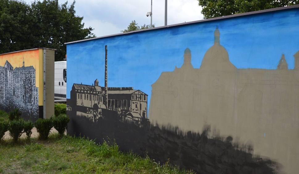 Film do artykułu: Coraz więcej muralu w Suchedniowie. Artysta tworzy go za darmo