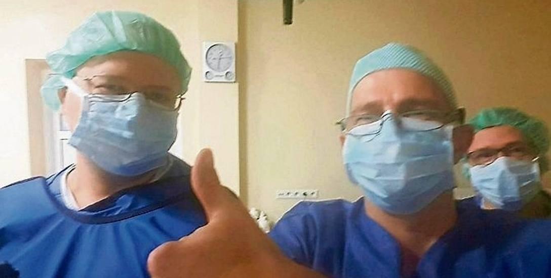 Personel medyczny krapkowickiego szpitala nie kryje satysfakcji z pomyślnie przeprowadzonej operacji.