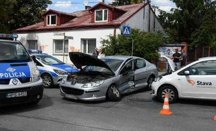 Troje rannych w wypadku w Kielcach. Przyczyną wymuszenie pierwszeństwa? [WIDEO, ZDJĘCIA]